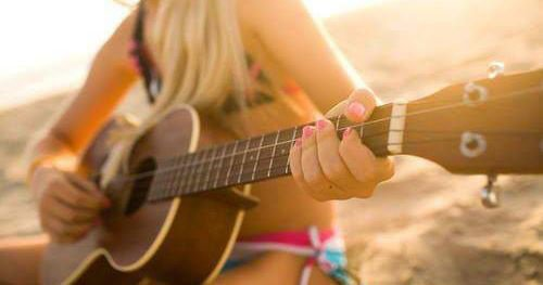 Aime si tu connais quelqu'un qui joue de la guitare .