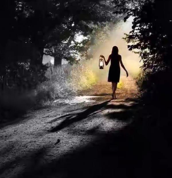 Si tu suis la foule, tu n'iras jamais plus loin que la foule. Ceux qui marchent seuls se retrouvent là où personne n'a mit le pied
