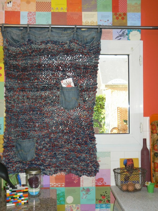 rideau tricoté avec des  jeans et de la laine