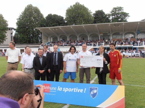 Remise de chèque par le Stade Béthunois Football Club à l'Association Ludovic, un défi pour la vie