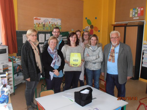 DON D'UN DEFIBRILLATEUR A L'ECOLE COURTY GUY DE MERICOURT 62.