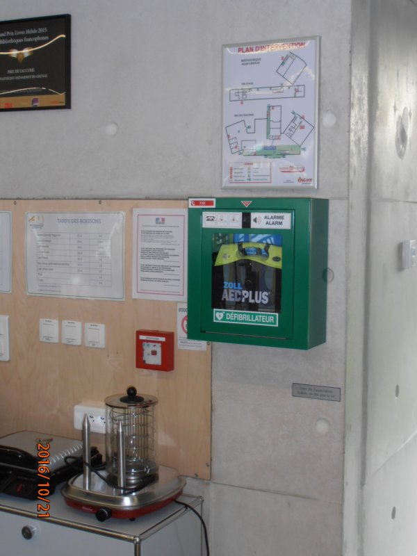 DON D'UN DEFIBRILLATEUR A LA MEDIATHEQUE ESTAMINET DE GRENAY 62.