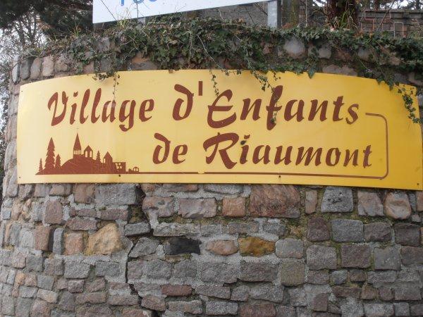 DON D'UN DEFIBRILLATEUR AU VILLAGE D ENFANTS DE RIAUMONT ( LIEVIN 62)