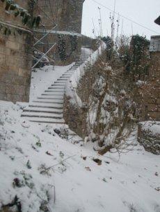 En bas de la tour sous la neige