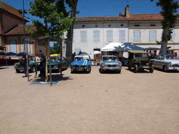 des véhicules sur la place de st Paul cap de joux