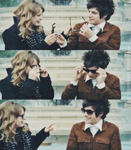 """"""" Ça fait tellement du bien d'aimer les gens qu'on aime que ça finit par faire mal. """" Laughing Out Loud"""