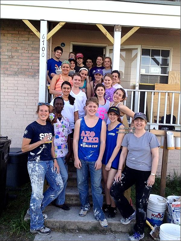 """""""A rencontré Jesse Eisenberg et ses amis aujourd'hui qui sont venus pour nous aider à construire des maisons à la Nouvelle Orléans !"""" twitté par une """"fan"""" sur twitter !"""