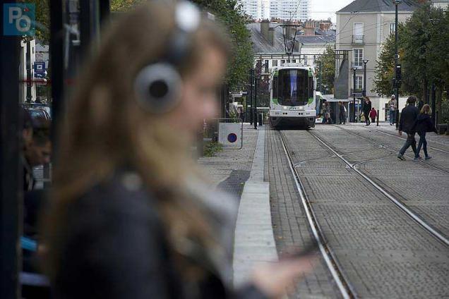 Ecouter de la musique avec des écouteurs en rue, peut devenir mortel !