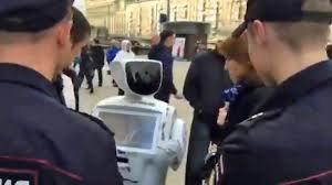 Mais pourquoi? Des policiers russes arrêtent ce robot et tentent de lui passer les menottes