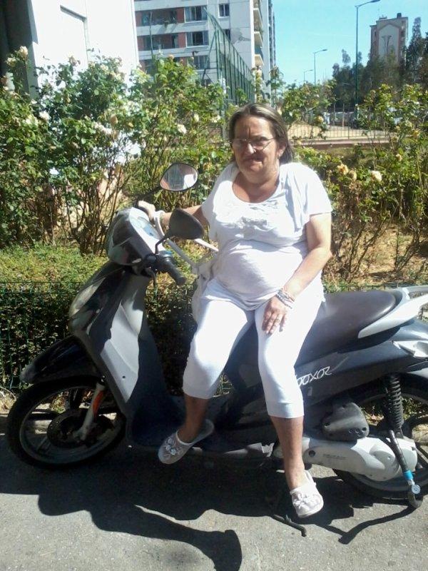 ma maman d'amour sur mon scooter
