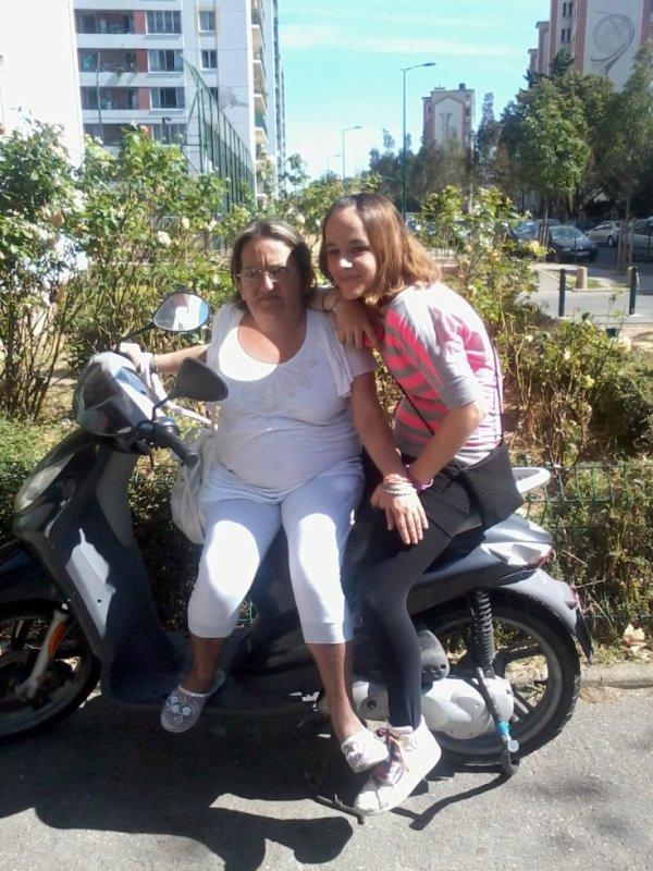 ma maman et ma soeur sur mon scooter