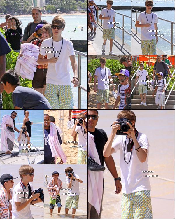 - - Photos de Justin et ses amis, et son équipe sur la page s'apprêtant à aller sur  un cataraman (bateau) - 9 Octobre, Hawaii - -