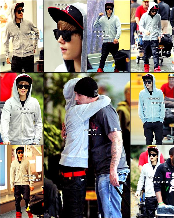 - - Photos de Justin arrivant à l'aéroport de Vancouver ( Canada ) où il a été accueilli chaleureusement par son père - 14 Octobre + Vidéo - -