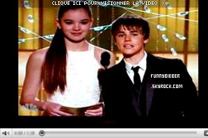 """- - Le 16 Janvier, Justin était à l'énèvement des Golden Globes Awards. Il a éte prit en photo sur le red carpet, et a donné plusieurs interviews. Justin y était principalement pour promouvoir son film """" Never Say Never """" qui je vous le rappele sort au USA le 11 Février. - -"""