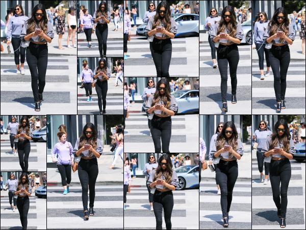 - 07.04.17 ─ Notre belle Shay Mitchell est photographiée, quittant le « Revolve LA Social Club » dans Los Angeles ![/s#00000ize]La ravissante jeune femme avait les yeux rivé sur son téléphone, pas très prudent tout ca. J'aime beaucoup sa tenue malgré qu'elle soit simple. Un top ! -