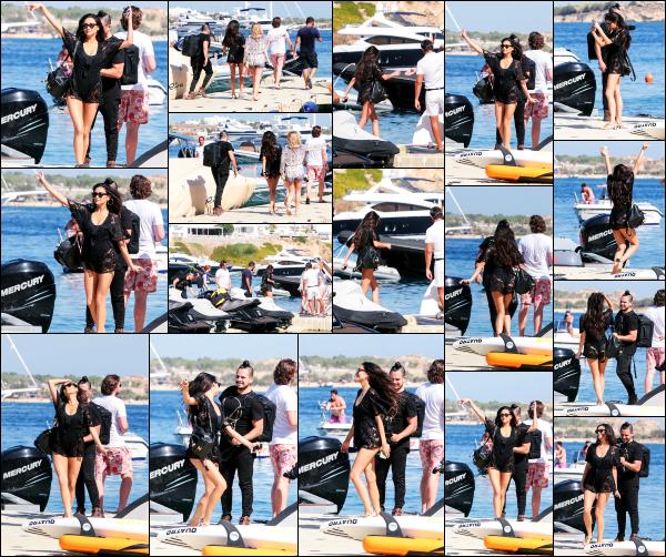- 02.07.17 ─ La belle Shay Mitchell est photographiée alors qu'elle quittait un yacht sur l'île de Mykonos en Grèce ![/s#00000ize]Shay s'accorde quelques jours de repos bien méritée en Grèce avec certains de ses amis ! Elle à l'air très joyeuse et ca fait plaisir a voir. Un très beau top -