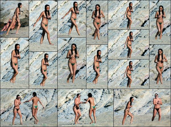 - 03.07.17 ─ La ravissante Shay Mitchell est photographiée alors qu'elle se baignait sur l'île de Mykonos en Grèce !![/s#00000ize]Cette fois ci, c'est en topless que Shay a été aperçue, de quoi ravir les paparazzi apparement ! Elle a l'air de bien rigolé, toujours avec ses amis. Des avis?  -