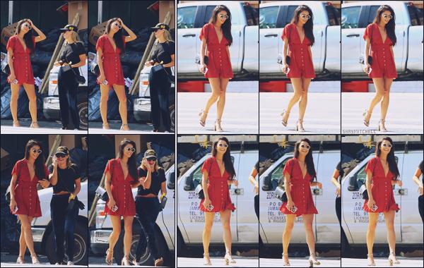 - 05.09.17 ─ Notre ravissante Shay' Mitchell est photographiée alors qu'elle se baladait dans la ville de New York !![/s#00000ize]Shay profite d'un peu de temps libre pour se promener avec une amie à elle dans les rues de New York ! J'aime beaucoup sa tenue, totalement son style -