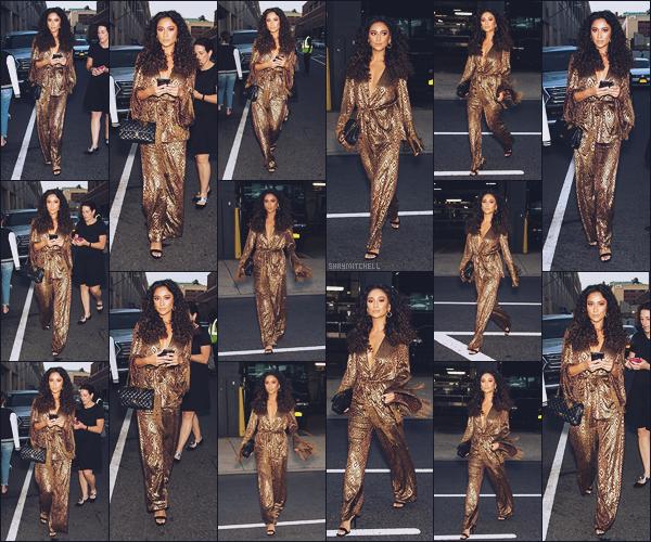 - 11.09.17 ─ Shay Mitchell à été vue se rendant au défilé de la marque   «  Anna Sui  » qui avait lieu à New York City ![/s#00000ize]Aujourd'hui nous n'avons aucune photo de Shay à l'intérieur du défilé, j'aime beaucoup sa tenue & surtout sa jolie coiffure ! C'est un gigantesque top !! -