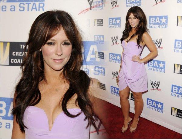 Jeudi 11 Août : Jennifer rayonnante ce jeudi, dans cette jolie robe lila, était présente à une soirée organisée par l'acteur Kellan Lutz, où elle a beaucoup dansé.
