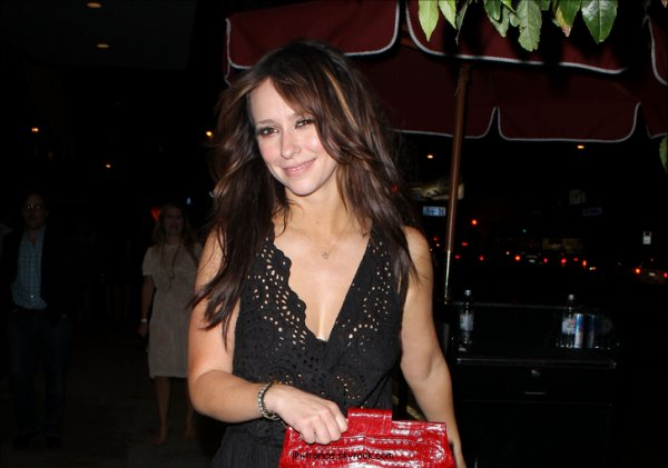 Vendredi 12 Août : Jennifer sortant du bar Trousdale dans le West Hollywood, où à eu lieu la Wrap Party du film Jewtopia.