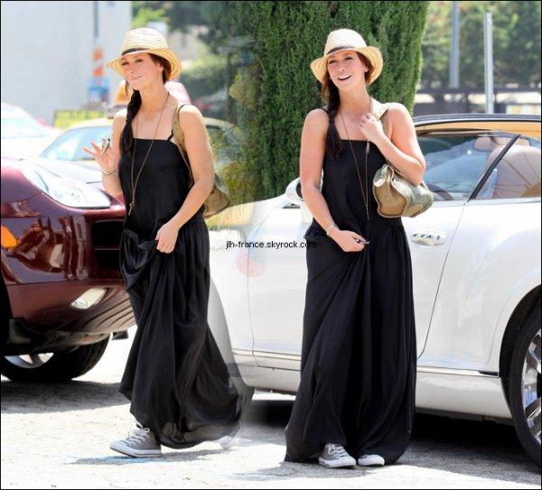 Samedi 13 Août : La belle dans les rues de Studio City portant un jolie chapeau de paille.
