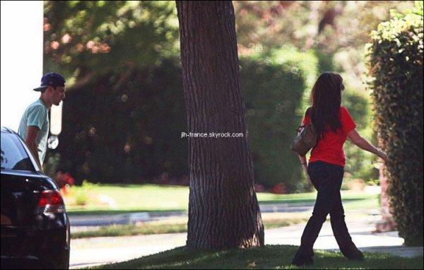 Dimanche 14 Août : Notre jolie Jennifer était ce dimanche accompagné d'un charmant jeune homme, un ami, ou un nouveau boyfriend ?