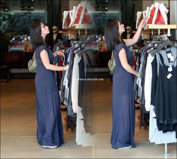 Lundi 15 Août : Voici enfin une photo de notre jolie Jennifer avec sa nouvelle coiffure, elle s'est rendus ce lundi dans le West Hollywood afin de faire un peu de shopping chez Madison, toujours avec ce jolie sourire.