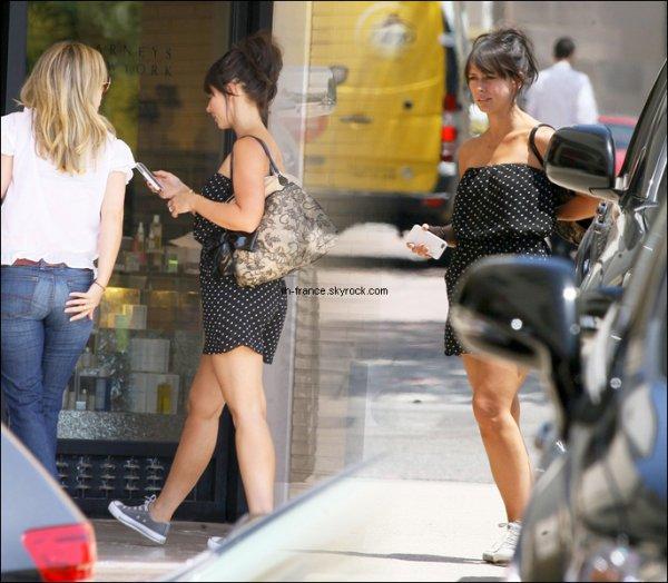 Mercredi 17 Août : Jennifer accompagnée de son amie Ashton, s'est rendue chez Barneys New York .