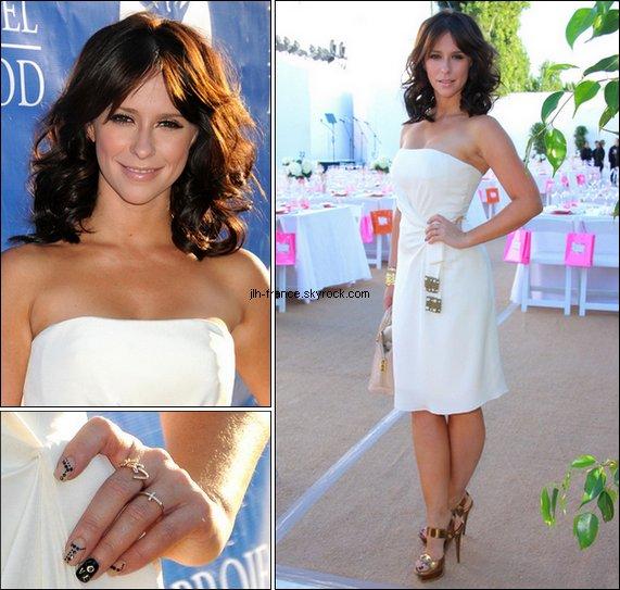 Samedi 20 Août : La belle, l'air plutôt fatiguée, dans les rues de L.A. Elle s'est ensuite rendue aux Angel Awards 2011, ravissante dans cette robe claire.