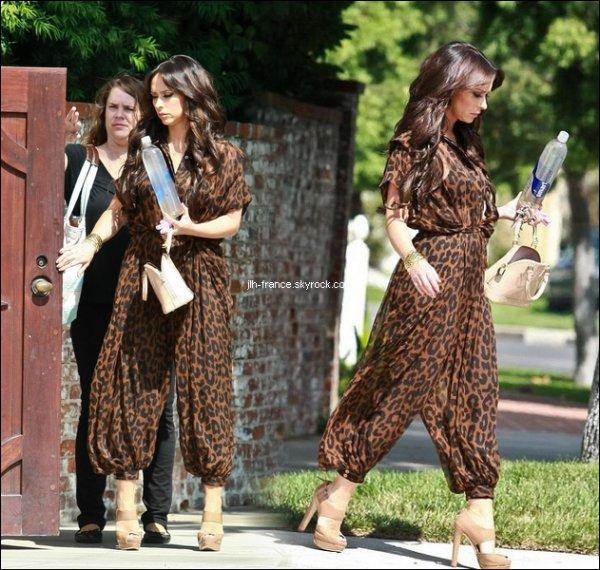 Lundi 22 Août : La belle photographiée alors qu'elle sortait de chez elle pour se rendre à L.A., dans une combinaison léopard.