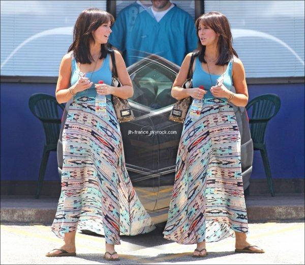 Mercredi 24 Août : La belle se promenant dans les rues de Studio City, avec à l'épaule ce jolie sac signé Valentino.