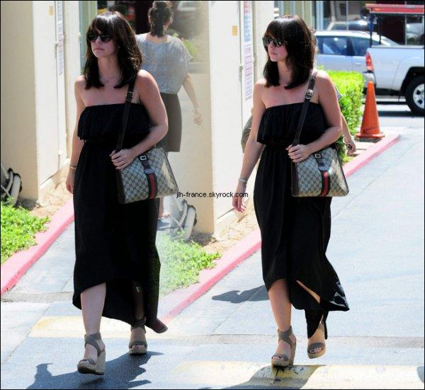 Mardi 30 Août : Jennifer faisant un peu de shopping dans les rues de L.A.
