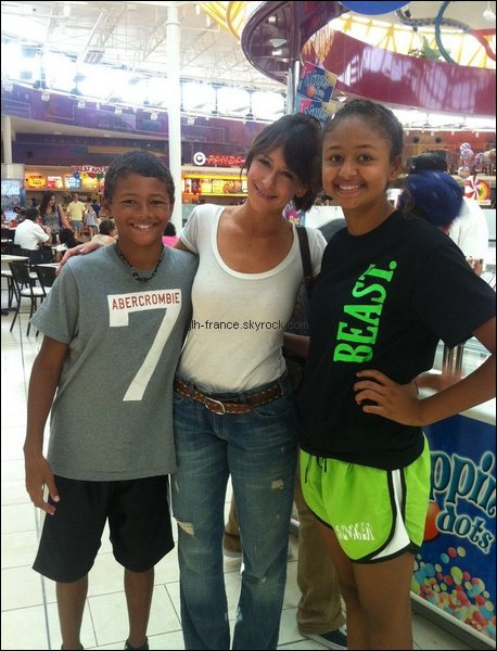 Dimanche 4 Septembre : Jennifer était ce dimanche à Dallas au Texas où elle s'est rendue dans un centre commercial, et à était photographiée avec deux fans chanceux !