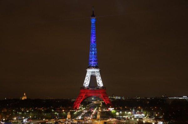 La tour Eiffel illuminée en bleu-blanc-rouge pendant le deuil national