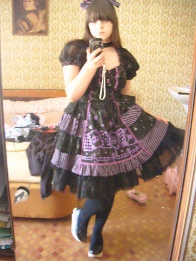 Robe noir avec des cartes viollettes