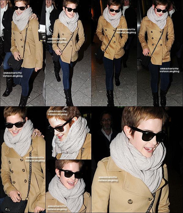 14 Décembre 2010 ● Emma arrivant à l'aéroport de Heathrow à Londres en compagnie de sa belle-mère. Emma est magnifique & nous fait un TOP! J'adore son écharpe!(l) Em' est revenue à Londres pour les vacances de Noël! (: