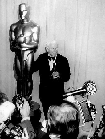 Charlie Chaplin reçois l'OSCAR