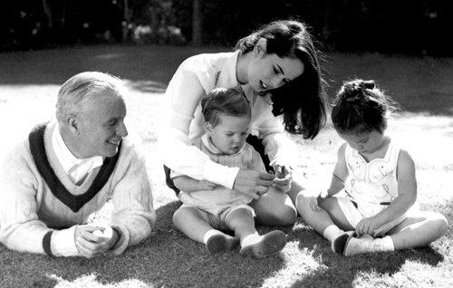 Charlie Chaplin avec sa femme Oona vers 1947 leur 2 premier enfants  (Geraldine & Michael)
