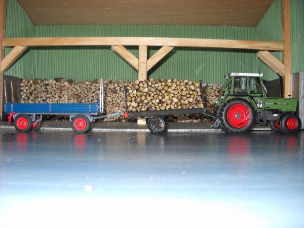 La première remorque de bois est vidée