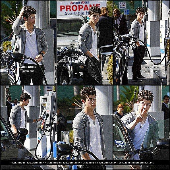 . 21-02-2011 : Hier, Nick a remplis l'essence de sa voiture en étend très fatigué. .