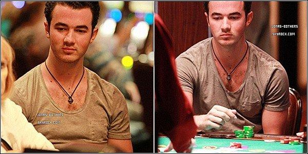 . 26-02-2011 : Joe arrive à pied au Chateau Marmont 27-02-2011 : Kevin joue au Black Jack 27-02-2011 : Nick et Kevin soutiennent la fondation Jason Taylor.