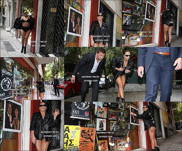 20/09/14 : Lady Gaga aperçu dans l'après-midi en train de quitter son hôtel à Athènes.