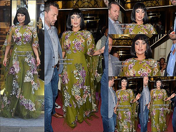 23/09/14 : Gaga toujours à Bruxelles a été photographié ressortant du même hôtel où elle héberge.