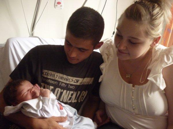 mon petit fils lunys avec son papa et sa maman