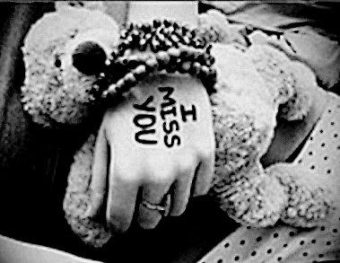 On croit toujours être fort, malgré tout. Mais c'est quand un simple regard nous brise le coeur qu'on sait qu'on ne l'est plus.