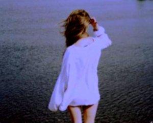 On dit que les pensées de deux personnes qui s'aiment finissent toujours par se rencontrer, alors je me demandais souvent en m'endormant le soir s'il t'arrivait de penser à moi quand je pensais à toi.