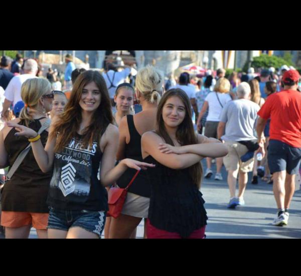 Quand moi et ma soeur on prend des positions étranges à Disney World 😂😎