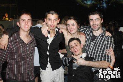 Anniv à Jordan, Macumba, environ 3h30 du mat. De gauche à droite : Mika, Jordan, Rachelle, Fabien. Le ptit en bas, ben ça peut être que moi :)