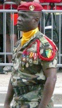 Sassou fait don au pays de huit nouveaux généraux